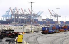 Le déficit commercial américain s'est réduit plus qu'attendu en mars en raison d'un fort déclin des importations, qui témoigne de la faiblesse de la demande intérieure. Selon le département du Commerce, il s'est établi à 38,8 milliards de dollars en mars, contre 43,6 milliards en février et alors que les analystes tablaient sur 42,0 milliards de déficit. /Photo d'archives/ REUTERS/Lori Shepler