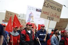 Des salariés de Daimler se sont joints à Stuttgart à l'appel à la grève lancé par le puissant syndicat allemand IG Metall. Selon le syndicat, qui demande des revalorisations salariales pouvant atteindre 5,5% dès le mois de mai pour quelque 3,7 millions de salariés, près de 50.000 grévistes ont cessé le travail jeudi pour participer à la manifestation. /Photo prise le 2 mai 2013/REUTERS/Lisi Niesner