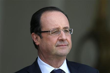 French President Francois Hollande waits for a guest on the steps of the Elysee Palace in Paris May 2, 2013. REUTERS/Charles Platiau