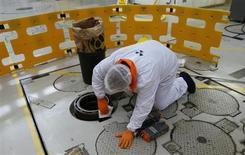 Dans la centrale nucléaire d'Hinkley Point B, à Bridgwater, en Angleterre. EDF est l'une des valeurs à suivre à la Bourse de Paris après la diffusion de données du ministère britannique de l'Energie qui laissent à penser que le réacteur nucléaire de Hinkley Point C, construit par la filiale EDF Energy, entrera en service en 2020, avec deux ans de retard sur le programme initial. /Photo prise le 13 décembre 2012/REUTERS/Suzanne Plunkett