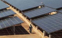 La Commission européenne va proposer de taxer fortement les panneaux solaires importés de Chine afin de protéger les industriels européens de ce secteur. Les Etats-Unis ont déja imposé des taxes à l'importation sur les panneaux solaires chinois l'an dernier. /Photo prise le 21 février 2013/REUTERS/Oswaldo Rivas
