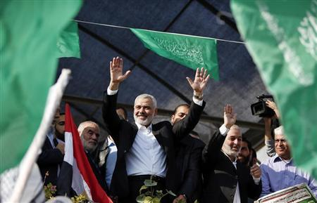 Senior Hamas leader Ismail Haniyeh waves to people in Gaza City November 22, 2012. REUTERS/Suhaib Salem