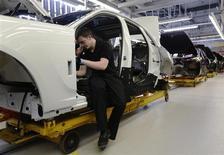 Les ventes de voitures ont augmenté le mois dernier en Allemagne et en Espagne, ravivant l'espoir de voir le secteur automobile toucher enfin le fond avant de rebondir. Les immatriculations ont progressé de 10,8% en Espagne tandis que le marché automobile allemand renouait avec la croissance, inscrivant une hausse de 3,8% des ventes, sa première progression en six mois et la plus forte depuis décembre 2011. /Photo prise le 24 avril 2013/REUTERS/Luke MacGregor