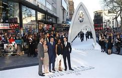 """Elenco de """"Além da Escuridão - Star Trek 2"""" posa para fotos durante a pré-estréia, em Londres. As primeiras críticas foram positivas ao segundo filme da série dirigido por J.J. Abrams. Críticos disseram nesta sexta-feira que o filme mostra que a série tem uma vida longa e próspera pela frente. 2/05/2013. REUTERS/Andrew Winning"""