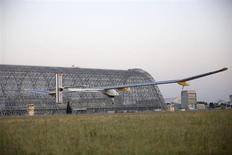 O avião Solar Impulse decola no campo Moffett para a primemira parte da travessia dos Estados Unidos, em Mountain View, na Califórnia. O avião movido a energia solar, com o qual os projetistas planejam um dia atravessar o planeta, decolou na manhã desta sexta-feira para cruzar os Estados Unidos sem levar nenhum combustível, a não ser a energia do sol. 3/05/2013. REUTERS/Stephen Lam