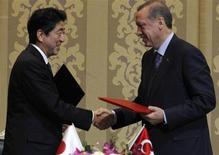 Le Premier ministre japonais Shinzo Abe et son homologue turc Recep Tayyip Erdogan ont signé vendredi l'accord officialisant la construction d'une deuxième centrale nucléaire en Turquie par le consortium franco-japonais, composé de GDF Suez, Mitsubishi Heavy Industries et Itochu Corporation. Les réacteurs seront fournis par le groupe français Areva. /Photo prise le 3 mai 2013/REUTERS/Umit Bektas