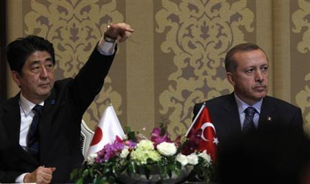 Japan's Prime Minister Shinzo Abe and Turkey's Prime Minister Tayyip Erdogan (R) attend a signing ceremony in Ankara May 3, 2013. REUTERS/Umit Bektas