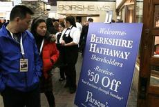 Les actionnaires de Berkshire Hathaway conviés à un coktail à l'occasion de l'assemblée générale du groupe à Omaha. Le conglomérat de Warren Buffett a publié vendredi un bénéfice du premier trimestre en hausse de près de 51%, soutenu par une amélioration des résultats dans l'assurance et des gains tirés de ses investissements et contrats sur dérivés. /Photo prise le 3 mai 2013/REUTERS/Rick Wilking