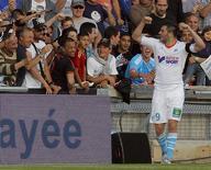 Andre-Pierre Gignac, do Olympique Marseille, comemora com torcedores depois de marcar gol contra o Bastia durante o campeonato francês no estádio Velodrome, em Marselha. 04/05/2013 REUTERS/Jean-Paul Pelissier