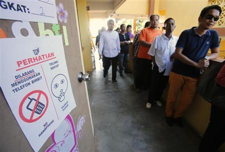 Voters queue up to cast their ballots during the general elections outside a polling station in Pekan, 300 km (186 miles) east of Kuala Lumpur May 5, 2013. REUTERS/Bazuki Muhammad