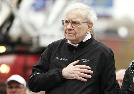 Berkshire Hathaway chairman Warren Buffett holds his hand over his heart during the singing of the national anthem, at the start of a 5km race sponsored by Brooks Sports Inc., a Berkshire-owned company, in Omaha May 5, 2013, a day after the company's annual meeting. REUTERS/Rick Wilking