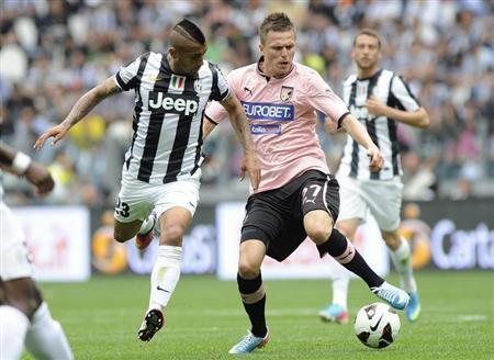 Juventus' Arturo Vidal (L) challenges Palermo's Josip Ilicic during their Italian Serie A soccer match at the Juventus stadium in Turin May 5, 2013. REUTERS/Giorgio Perottino