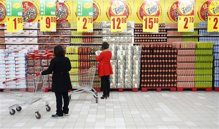 Customers shop at a supermarket in Beijing April 8, 2013. REUTERS/Kim Kyung-Hoon