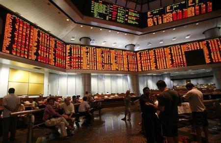 Investors monitor share market prices in Kuala Lumpur November 13, 2008. REUTERS/Bazuki Muhammad