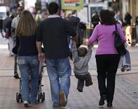 Soixante-douze pour cent des Français pensent que leurs enfants vivront moins bien qu'eux à leur âge contre 53% des Allemands, 58% des Italiens, 50% des Espagnols, 45% des Britanniques et 31% des Polonais, selon ce sondage effectué dans les six pays les plus peuplés de l'Union européenne, selon un sondage Ipsos-CGI-Publicis publié lundi dans Le Monde. /Photo d'archives/REUTERS/Darren Staples