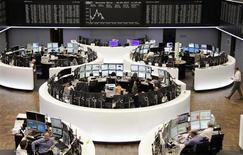 Les Bourses européennes perdent un peu de terrain lundi à mi-séance, dans un contexte de consolidation des gains réalisés en fin de semaine dernière. À Paris, le CAC 40 perdait 0,27% à 10h45 GMT, et à Francfort, le Dax reculait de 0,06%. L'indice paneuropéen EuroStoxx 50 se repliait de 0,45%. /Photo prise le 6 mai 2013/REUTERS/Remote/Lizza David