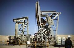 Станки-качалки в Калифорнии 29 апреля 2013 года. Стоимость нефти превысила $105 за баррель в понедельник, достигнув максимального значения почти за месяц, так как израильский воздушный удар по военному объекту Сирии переключил внимание инвесторов на ближневосточные риски. REUTERS/Lucy Nicholson
