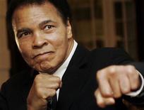 Ex-pugilista Muhammad Ali posa durante Fórum Econômico Mundial (WEF, na sigla em inglês) em Davos, Suiça, 28 de janeiro de 2006. Objetos relevantes que pertenceram a Ali, incluindo um troféu de boxe amador e um roupão de treinos autografado, podem alcançar dezenas de milhares de dólares em um leilão que começa neste mês. 28/01/2006 REUTERS/Andreas Meier