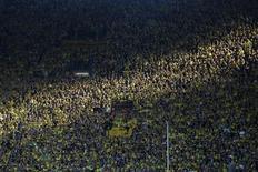 Torcedores do Borussia Dortmund assistem a partida pela primeira divisão do campeonato alemão contra o Bayern Munich, em Dortmund, na Alemanha. O Borussia Dortmund recebeu mais de meio milhão de pedidos de ingressos para a final da Liga do Campeões contra o Bayern de Munique, disse o clube alemão nesta segunda-feira. 4/05/2013. REUTERS/Wolfgang Rattay