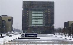 Le sidérurgiste allemand ThyssenKrupp a annoncé lundi lancer le processus de vente de ses activités dans le rail et la construction. Ces opérations, appartenant à la division Materials Services, ont un chiffre d'affaires combiné d'environ 400 millions d'euros et emploient quelque 800 personnes. /Photo prise le 16 janvier 2013/REUTERS/Ina Fassbender
