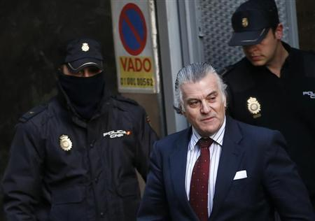 Former People's Party treasurer Luis Barcenas carries documents as he leaves Spain's High Court after testifying before a judge in Madrid, February 25, 2013. REUTERS/Juan Medina