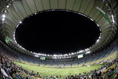 Vista geral de uma partida de exibição durante a reabertura do estádio do Macaranã, no Rio de Janeiro. Um evento-teste que seria relizado no Maracanã este mês, antes da Copa das Confederações, foi cancelado pelo governo do Rio de Janeiro, e agora o estádio terá apenas um jogo antes da competição em junho. 27/04/2013. REUTERS/Ricardo Moraes