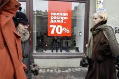 Люди проходят мимо обувного магазина в Санкт-Петербурге 26 февраля 2009 года. Инфляция в России в апреле 2013 года составила 7,2 процента в годовом выражении по сравнению с 7,0 процента в предыдущем месяце, совпав с прогнозами экономистов и властей. REUTERS/Alexander Demianchuk