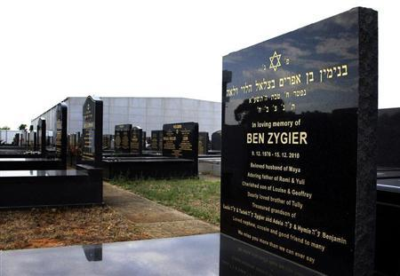 The grave of Ben Zygier (R), the Australian whom local media have identified as the man who died in an Israeli prison in 2010 and who may have been recruited by Israeli intelligence agency Mossad, is pictured at a Jewish cemetery in Melbourne February 14, 2013. REUTERS/Brandon Malone