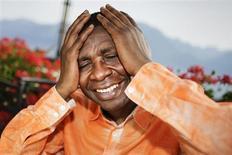 Cantor senegalês Youssou N'Dour gesticula durante entrevista à Reuters antes de seu concerto no 44º Montreux Jazz Festival, em Montreux, na Suiça. N'Dour foi um dos ganhadores do prêmio musical sueco Polar, num reconhecimento por sua música e por seu trabalho em prol do entendimento inter-religioso. 9/07/2010. REUTERS/Valentin Flauraud