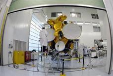 Eutelsat Communications a annoncé une progression de son chiffre d'affaires au troisième trimestre de son exercice 2012-2013 et un carnet de commandes. L'opérateur de satellites précise que la croissance de son chiffre d'affaires 2012-2013, anticipée initialement entre 5% à 6%, se situera dans le bas de cette fourchette. /Photo d'archives/REUTERS/Eric Gaillard