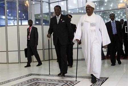 Chad President Idriss Deby walks with Sudan's President Omar Hassan al-Bashir (R) after arriving at Khartoum Airport February 7, 2013. REUTERS/Mohamed Nureldin Abdallah