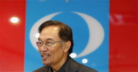 Malaysia's opposition leader Anwar Ibrahim looks on before a news conference at his party's headquarters in Petaling Jaya, outside Kuala Lumpur May 7, 2013. REUTERS/Bazuki Muhammad