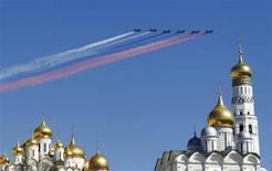 Военные самолеты над куполами храмов московского Кремля 7 мая 2013 года. Длинные праздничные выходные в Москве будут теплыми и ясными, ожидают синоптики. REUTERS/Mikhail Voskresensky