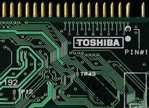 Le spécialiste des semi-conducteurs Toshiba anticipe un bond de 34% de son bénéfice opérationnel pour l'exercice fiscal en cours (à 260 milliards de yens, soit 2 milliards d'euros environ), grâce notamment à une demande soutenue pour ses mémoires flash. /Photo d'archives/REUTERS/Yuriko Nakao