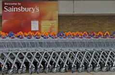 Sainsbury a battu le consensus en affichant une hausse de 6,2% de son bénéfice annuel, la huitième d'affilée, les courses en ligne et les commerces de proximité lui ayant permis de gagner des parts de marché. /Photo d'archives/REUTERS/Luke MacGregor