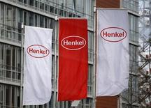 Флаги с логотипом Henkel, сфотографированные перед началом ежегодной пресс-конференции компании в Дюссельдорфе 8 марта 2012 года. Операционная прибыль немецкой группы Henkel в первом квартале 2013 года превзошла прогнозы аналитиков за счет хорошего спроса на стиральные порошки, моющие средства и шампуни. REUTERS/Ina Fassbender