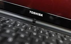 Логотип Toshiba Corp на компьютере в магазине электроники в Токио 8 мая 2012 года. Японская Toshiba Corp прогнозирует рост операционной прибыли на 34 процента в 2013/2014 году благодаря высоким продажам чипов памяти. REUTERS/Yuriko Nakao