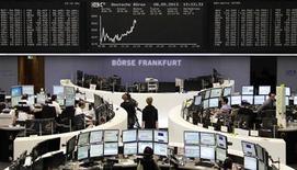 Les Bourses européennes accroissent leurs gains à mi-séance mercredi, tirées par des statistiques allemandes jugées encourageantes et les bons chiffres du commerce chinois. Vers 12h50, le CAC 40 gagne 0,74% à Paris, le Dax progresse de 0,61% à Francfort et le FTSE est en hausse de 0,27% à Londres. /Photo prise le 8 mai 2013/REUTERS/Remote/Lizza David