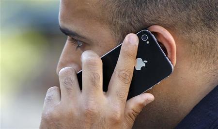 A man uses an Apple iPhone in Santa Monica, California August 24, 2011. REUTERS/Mario Anzuoni