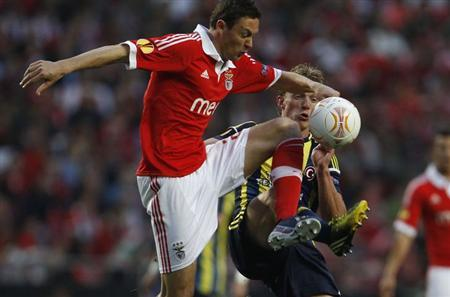 Benfica's Nemanja Matic (L) fights for the ball with Fenerbahce's Dirk Kuyt during their Europa League semi-final second leg soccer match at Luz stadium in Lisbon May 2, 2013. REUTERS/Hugo Correia