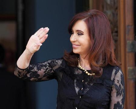 Argentine President Cristina Fernandez de Kirchner waves while waiting for her Brazilian counterpart Dilma Rousseff (not pictured) at the government house in Buenos Aires April 25, 2013. REUTERS/Enrique Marcarian