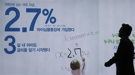 A Séoul, jeudi. La banque centrale sud-coréenne a abaissé jeudi son taux directeur de 25 points de base, à 2,5%, une décision inattendue qui vise à soutenir les efforts de relance économique du gouvernement et à favoriser les exportations, pénalisées par l'appréciation du won, notamment face au yen japonais. /Photo prise le 9 mai 2013/REUTERS/Lee Jae-Won