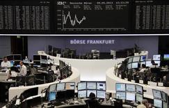 Les Bourses européennes perdent du terrain jeudi à mi-séance, dans un contexte de consolidation des gains après les fortes hausses enregistrées au cours des dernières semaines. Vers 12h35, le CAC 40 perdait 0,79% à Paris, le Dax reculait de 0,03% à Francfort et le FTSE était presque inchangé à Londres. /Photo prise le 9 mai 2013/REUTERS/Remote/Pawel Kopczynski
