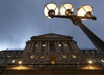 Vue de la Banque d'Angleterre, à Londres. La Banque d'Angleterre a, comme attendu, laissé inchangés jeudi son taux directeur à son plus bas historique de 0,5% et le montant de ses achats d'actifs à 375 milliards de livres. /Photo d'archives/REUTERS/Olivia Harris
