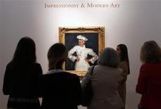 """Visitantes e imprensa olham quadro do pintor francês Chaim Soutine """"Le petit patissier"""", durante pré-exibição na casa de leilões Christie's, em Nova York. A casa Christie's atingiu na quarta-feira o valor esperado para o seu leilão de arte impressionista e moderna, arrecadando 158,5 milhões de dólares com a venda de 47 obras. A expectativa da casa era arrecadar entre 130 e 190 milhões de dólares. 03/05/2013 REUTERS/Mike Segar"""