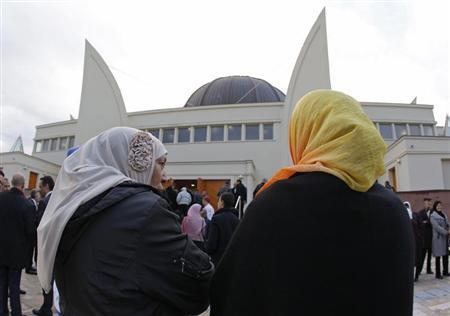 Women of the Muslim Community arrive to attend the official inauguration of Strasbourg Grand Mosque in Strasbourg, September 27, 2012. REUTERS/Vincent Kessler