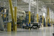 Boeing a annoncé qu'il était parvenu à accélérer le rythme de production de son Dreamliner 787 cette semaine, un changement intervenu plus tôt que prévu et qui pourrait amener l'avionneur à en livrer plus d'exemplaires qu'on ne s'y attendait. /Photo d'archives/REUTERS/Mary Ann Chastain