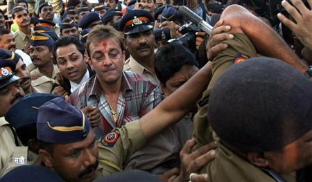 Bollywood actor Sanjay Dutt (C, with red mark on forehead), surrounded by Indian policemen, leaves a special court after getting bail in Mumbai November 28,2006. REUTERS/Arko Datta