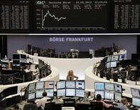 Le Dax avançait de 0,81% à Francfort vers 11h00 GMT, tandis que le CAC 40 gagnait 0,78% à 3.959,15 points et que le FTSE progressait de 0,62%. Les Bourses européennes étaient orientées à la hausse à mi-séance, tirées par les bons résultats d'ArcelorMittal et de l'opérateur télécoms britannique BT, avec en toile de fond le maintien de politiques monétaires ultra-accommodantes. /Photo prise le 10 mai 2013/REUTERS/Remote/Lizza David