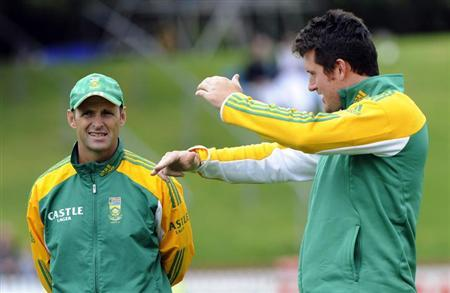 South Africa's Graeme Smith (R) talks to coach Gary Kirsten in Wellington, March 23, 2012. REUTERS/Anthony Phelps/Files